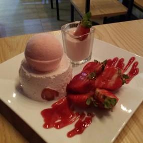 士多啤梨三重奏 - Joyful Dessert House in Mong Kok