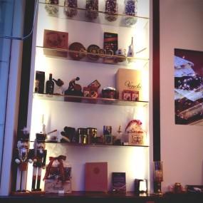 店內有一張小桌子供客人跟咖啡 - 中環的Venchi